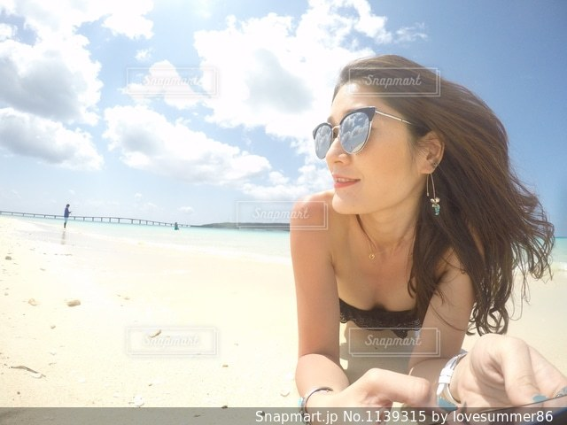 ビーチに座っている女性の写真・画像素材[1139315]