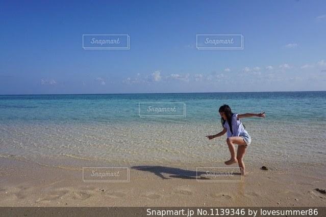 ビーチでフリスビーを投げ男の写真・画像素材[1139346]