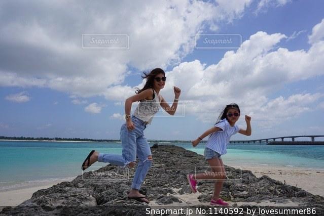 砂浜の上に立っている人の写真・画像素材[1140592]