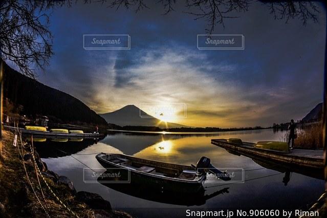 水の体の小さなボートの写真・画像素材[906060]