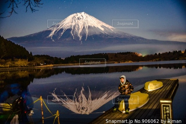 背景の山と水体の写真・画像素材[906062]