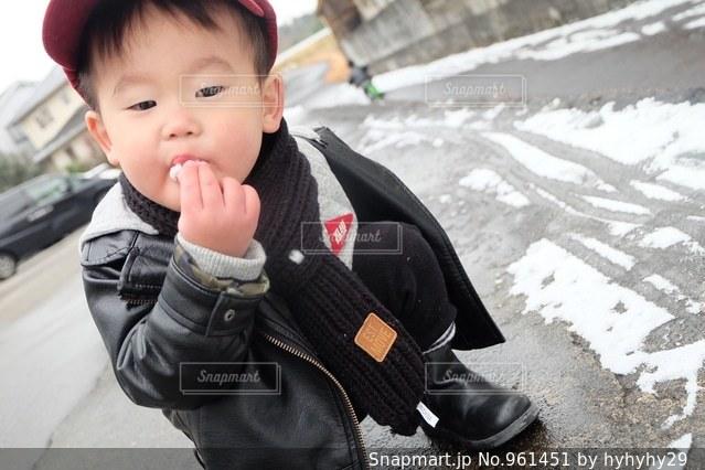 雪をほうばる息子の写真・画像素材[961451]
