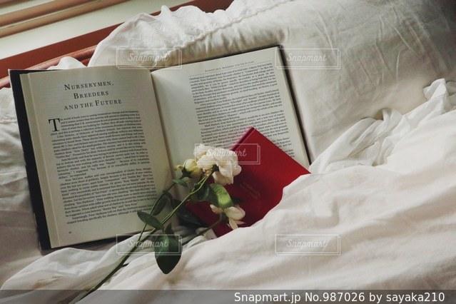 本とお花の写真・画像素材[987026]