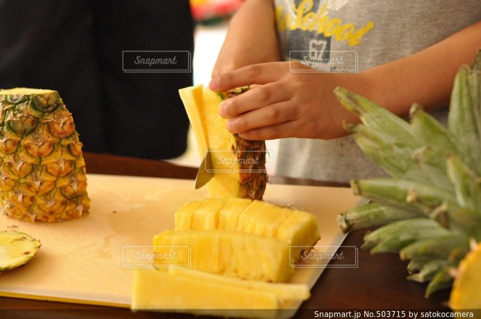 パイナップルを切るの写真・画像素材[503715]
