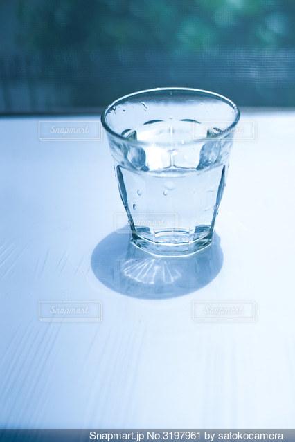 グラスの水の写真・画像素材[3197961]