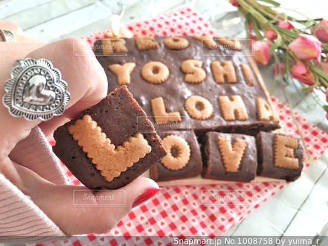 テーブルの上のチョコレート ケーキ - No.1008758