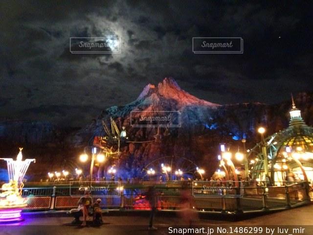 夜のライトアップされた街の写真・画像素材[1486299]