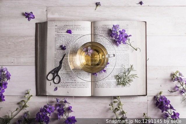 テーブルの上の紫色の花一杯の花瓶の写真・画像素材[1291145]