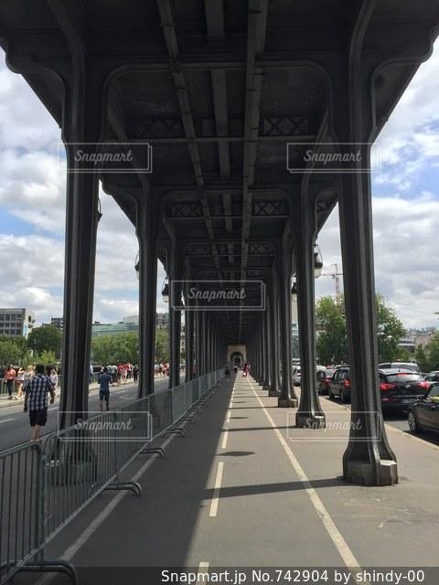 建物の側に時計と橋の写真・画像素材[742904]