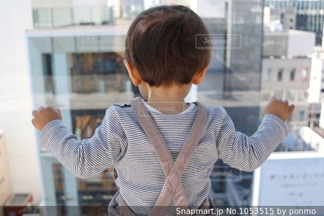 建物の前に立っている人の写真・画像素材[1053515]