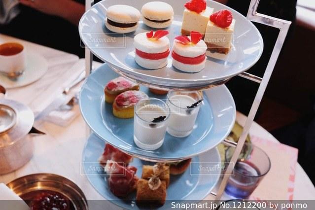テーブルな皿の上に食べ物のプレートをトッピングの写真・画像素材[1212200]