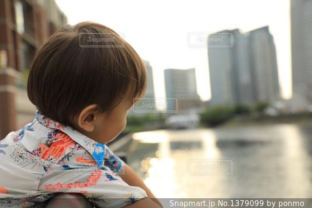 テーブルの上に座って男の子の写真・画像素材[1379099]