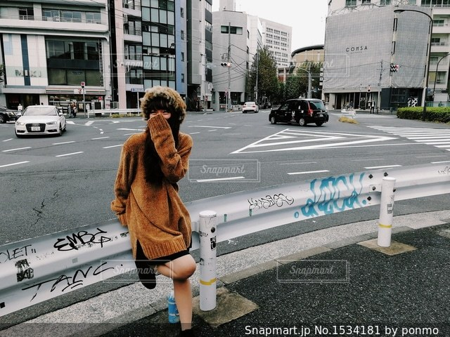 駐車場で立っている女性の写真・画像素材[1534181]