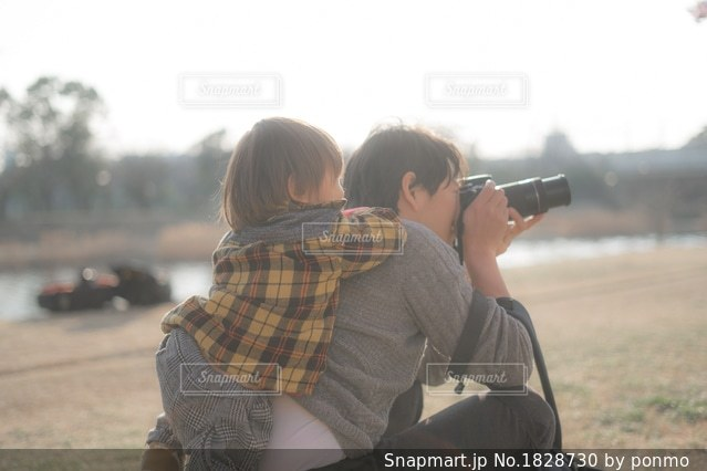 携帯電話を持って少年の写真・画像素材[1828730]