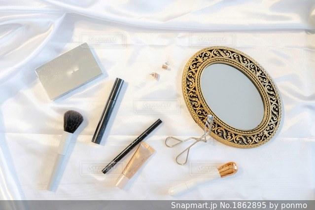 テーブルの上の白い皿の写真・画像素材[1862895]