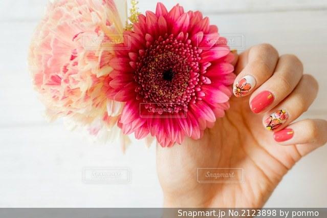 花を持っている手の写真・画像素材[2123898]