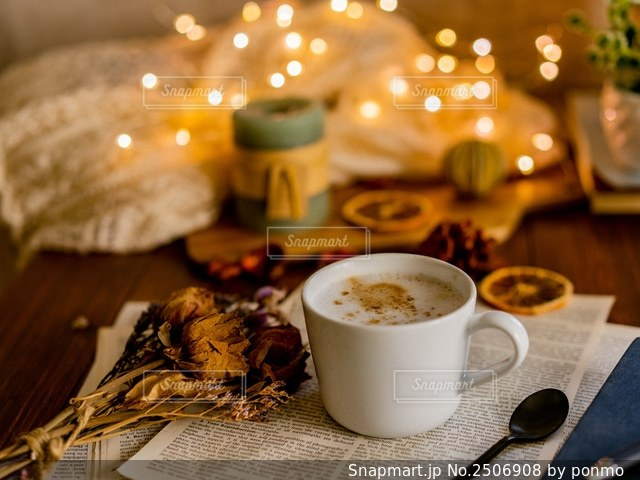 テーブルの上でコーヒーを一杯飲むの写真・画像素材[2506908]