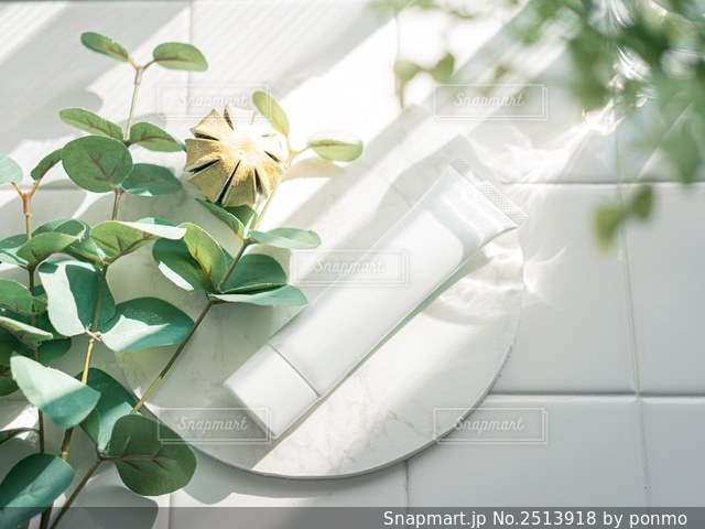 テーブルの上の花瓶の写真・画像素材[2513918]