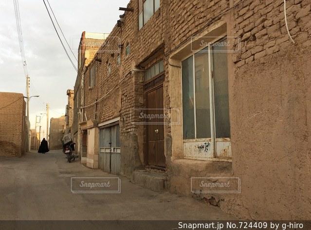 近くに歩道に署名している石造りの建物のの写真・画像素材[724409]