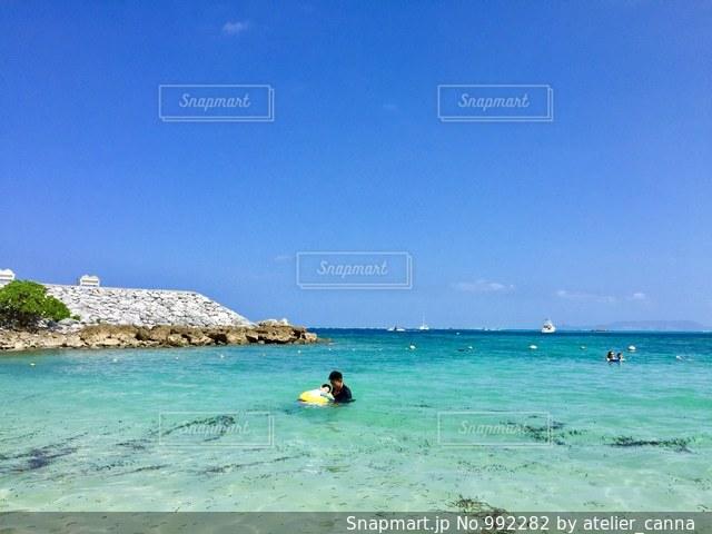 海で泳ぐ親子の写真・画像素材[992282]