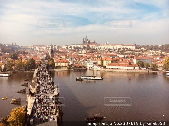 都市を背景にした大きな水域の写真・画像素材[2307619]