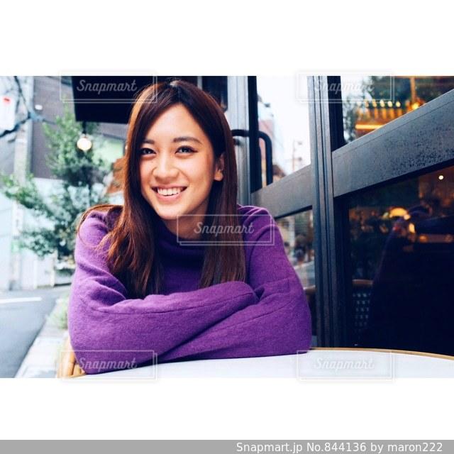 テーブルの上に座っている女性の写真・画像素材[844136]