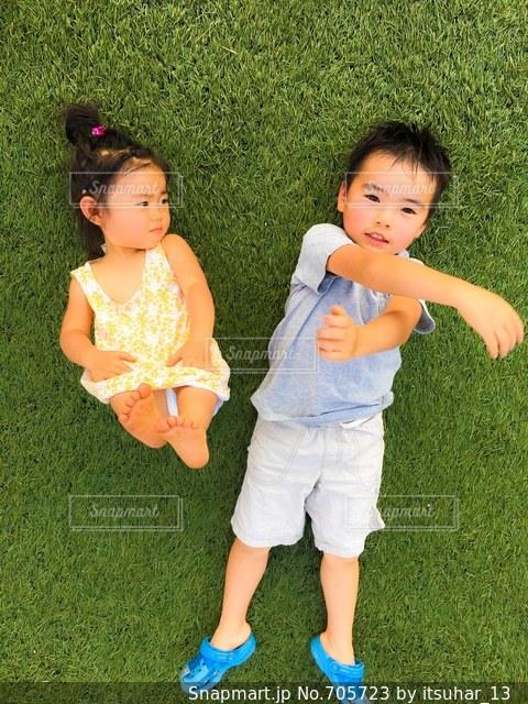 草の中に立っている少女の写真・画像素材[705723]