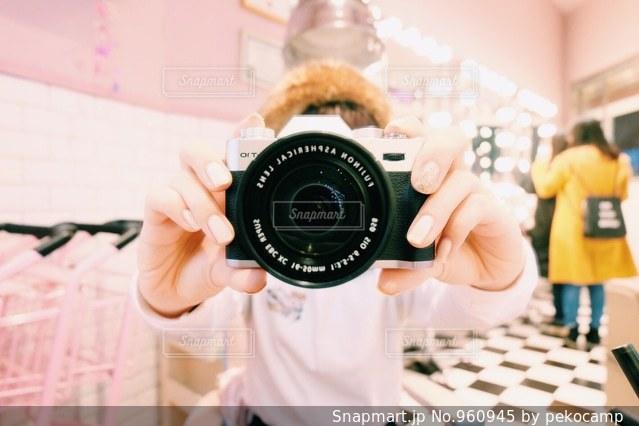 カメラを持っている人の写真・画像素材[960945]