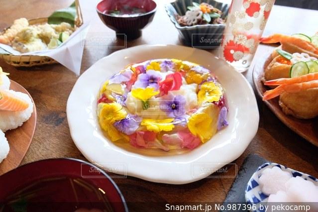 テーブルの上に食べ物のプレートの写真・画像素材[987396]