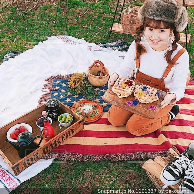 芝生に座っている小さな男の子の写真・画像素材[1101337]