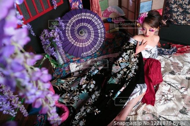 花を持っている人の写真・画像素材[1228870]