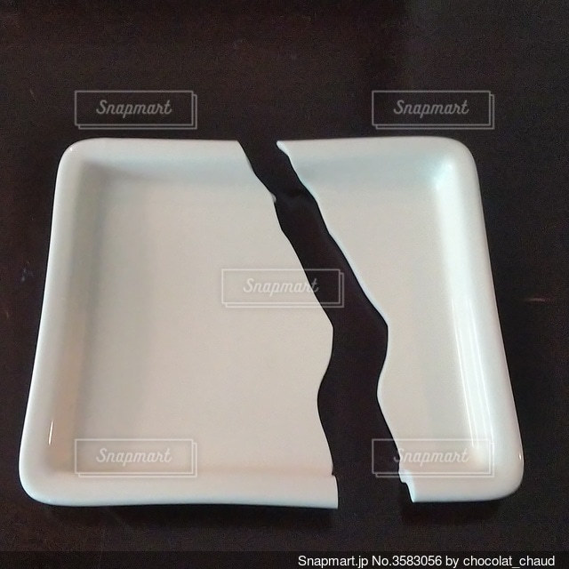 割れた皿の写真・画像素材[3583056]