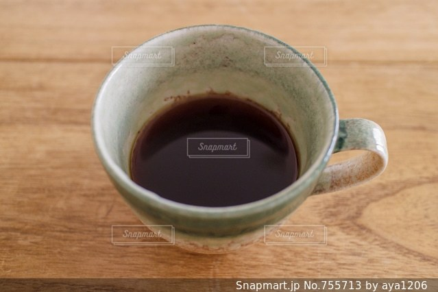 木製テーブルの上のコーヒー カップの写真・画像素材[755713]