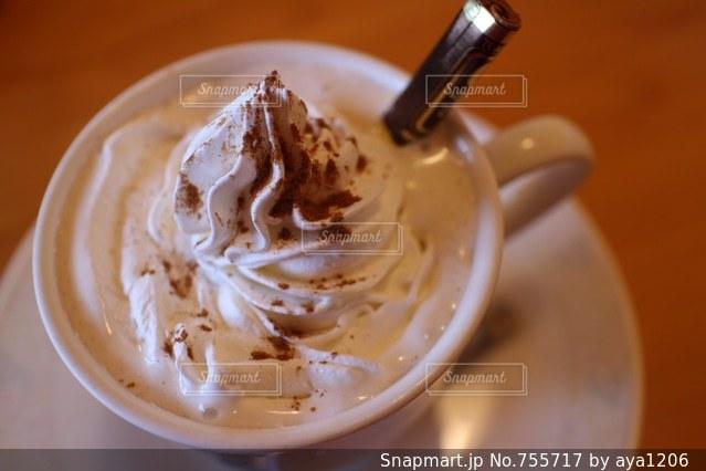 一杯のコーヒーと皿の上のフォークの写真・画像素材[755717]