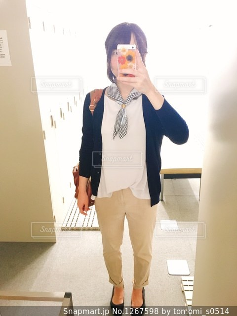 カメラにポーズ鏡の前に立っている人の写真・画像素材[1267598]