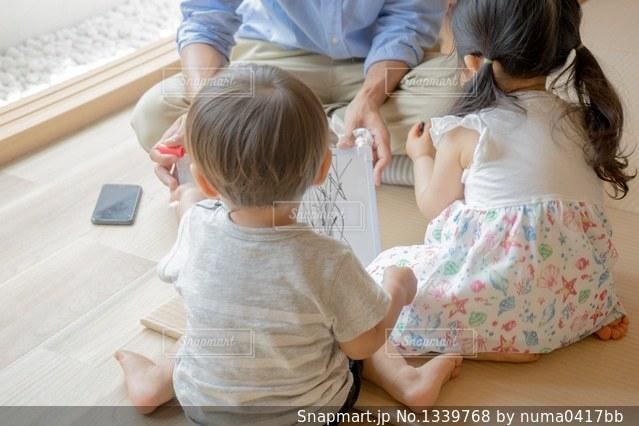 赤ちゃんと遊ぶ少女 親戚 おじさんの写真・画像素材[1339768]