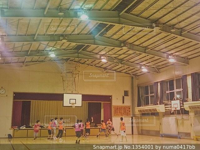 体育館 バスケットボール 試合の写真・画像素材[1354001]