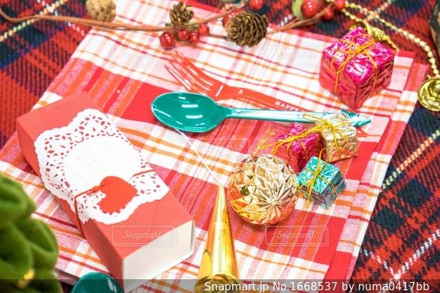 テーブルの上のホームパーティーの飾り付けの写真・画像素材[1668537]