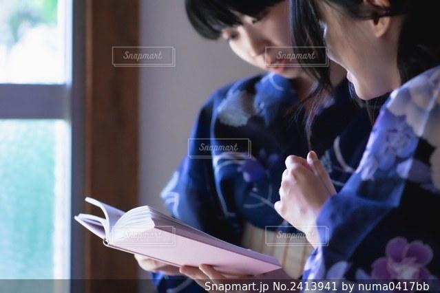 本を読む女性の写真・画像素材[2413941]