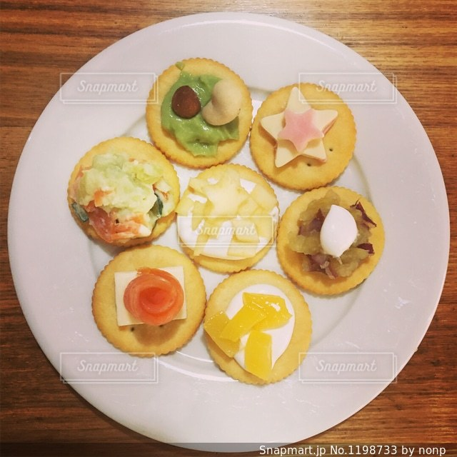 テーブルの上に食べ物のプレートの写真・画像素材[1198733]