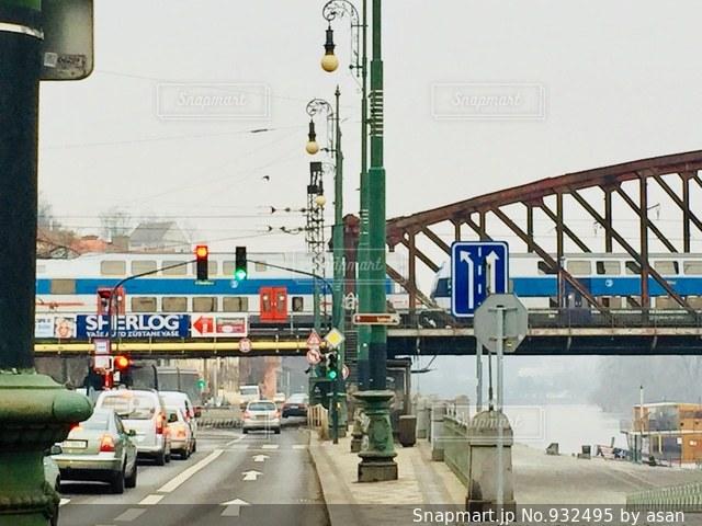 チェコ プラハ。陸橋を通過中の電車♪の写真・画像素材[932495]