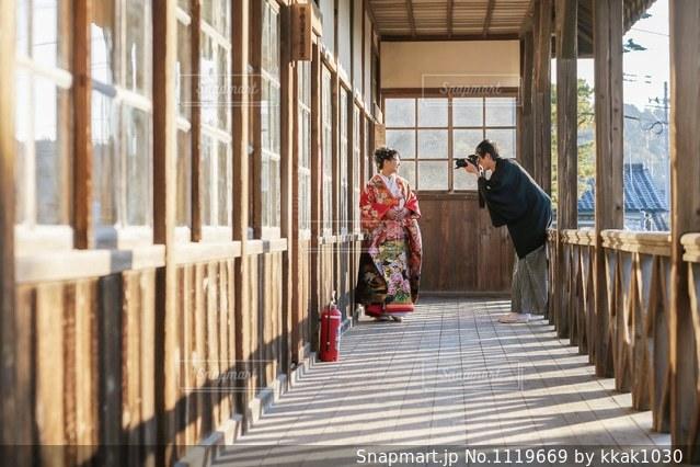 フェンスの横に立っている人の写真・画像素材[1119669]