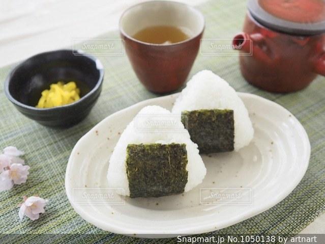 おにぎりと、沢庵と、ほうじ茶の写真・画像素材[1050138]