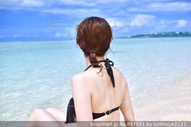 水の体の横に立っている女性の写真・画像素材[897041]