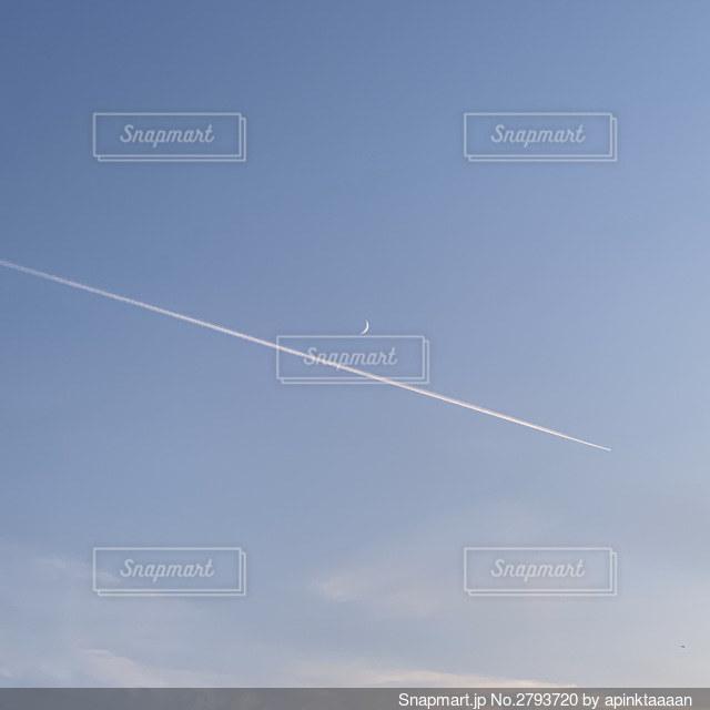 飛行機雲と三日月の写真・画像素材[2793720]