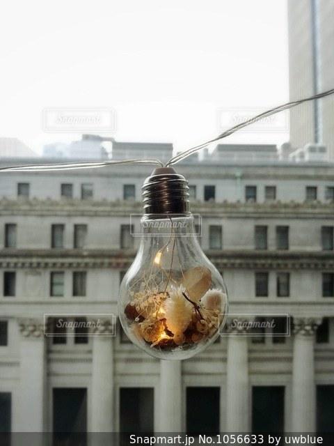 外国みたいな建物をバックにお洒落な電球を収めました。の写真・画像素材[1056633]
