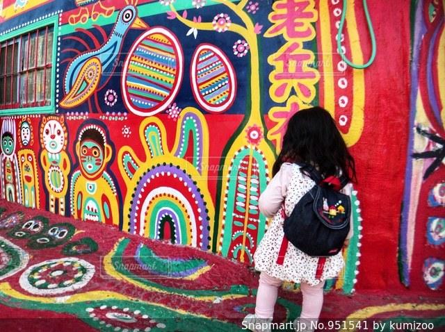 彩虹眷村と女の子の写真・画像素材[951541]