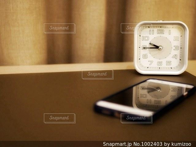 スマホと時計の写真・画像素材[1002403]