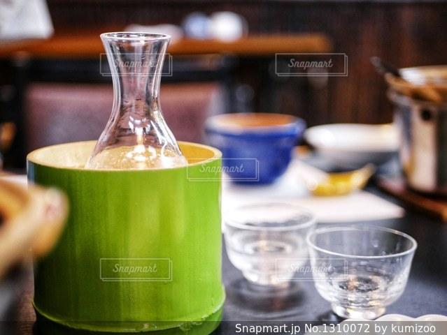 近くのテーブルの上のガラスのコップの写真・画像素材[1310072]