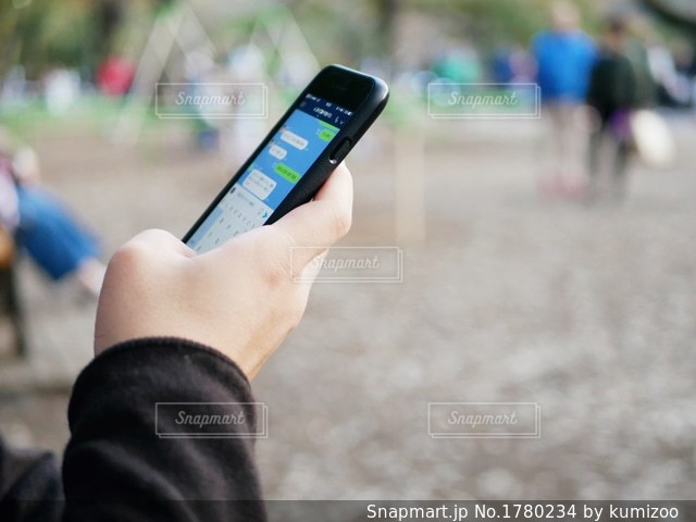 携帯電話を持つ手の写真・画像素材[1780234]